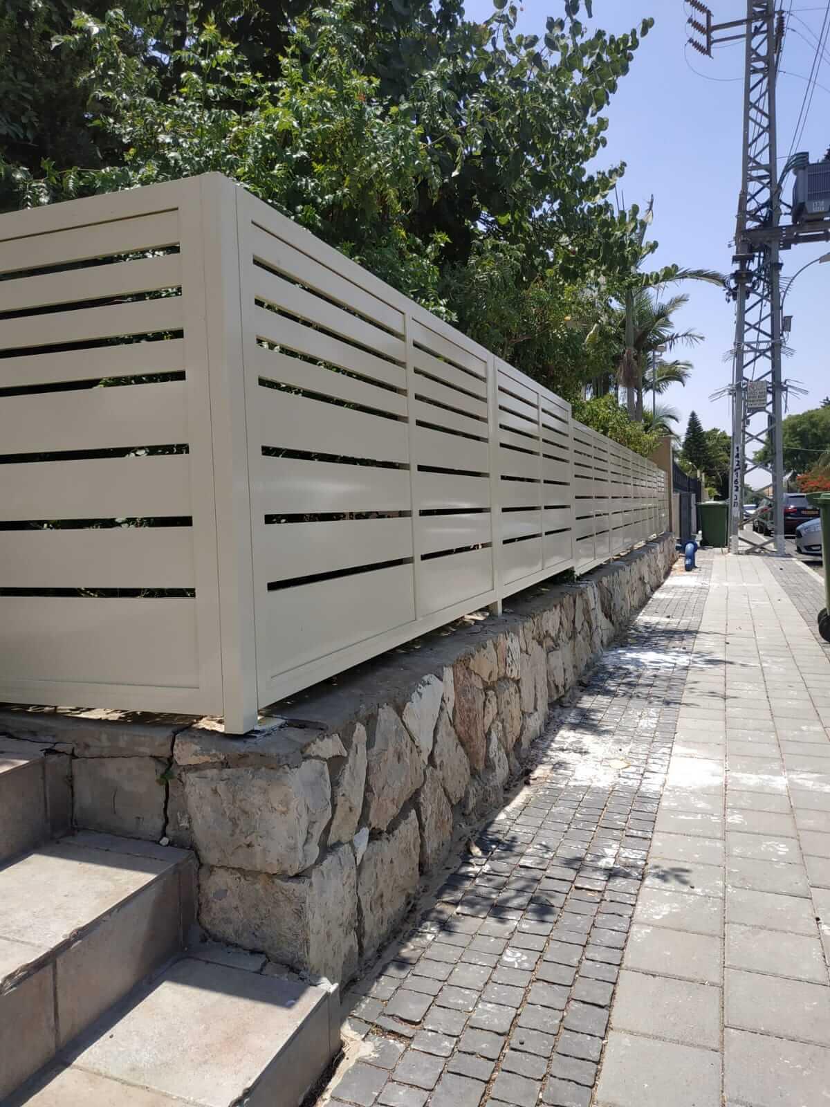 גדר אלומיניום לבן
