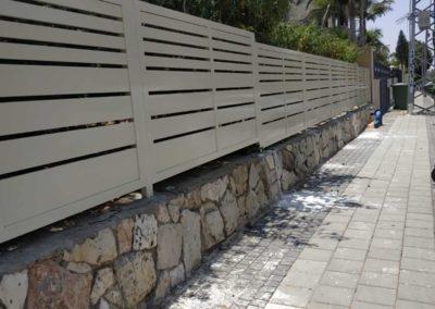 גדר אלומיניום לבנה